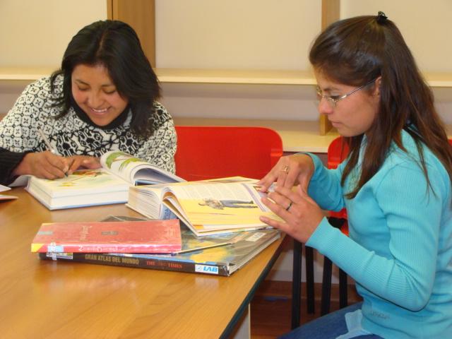 alumnas-en-la-biblioteca