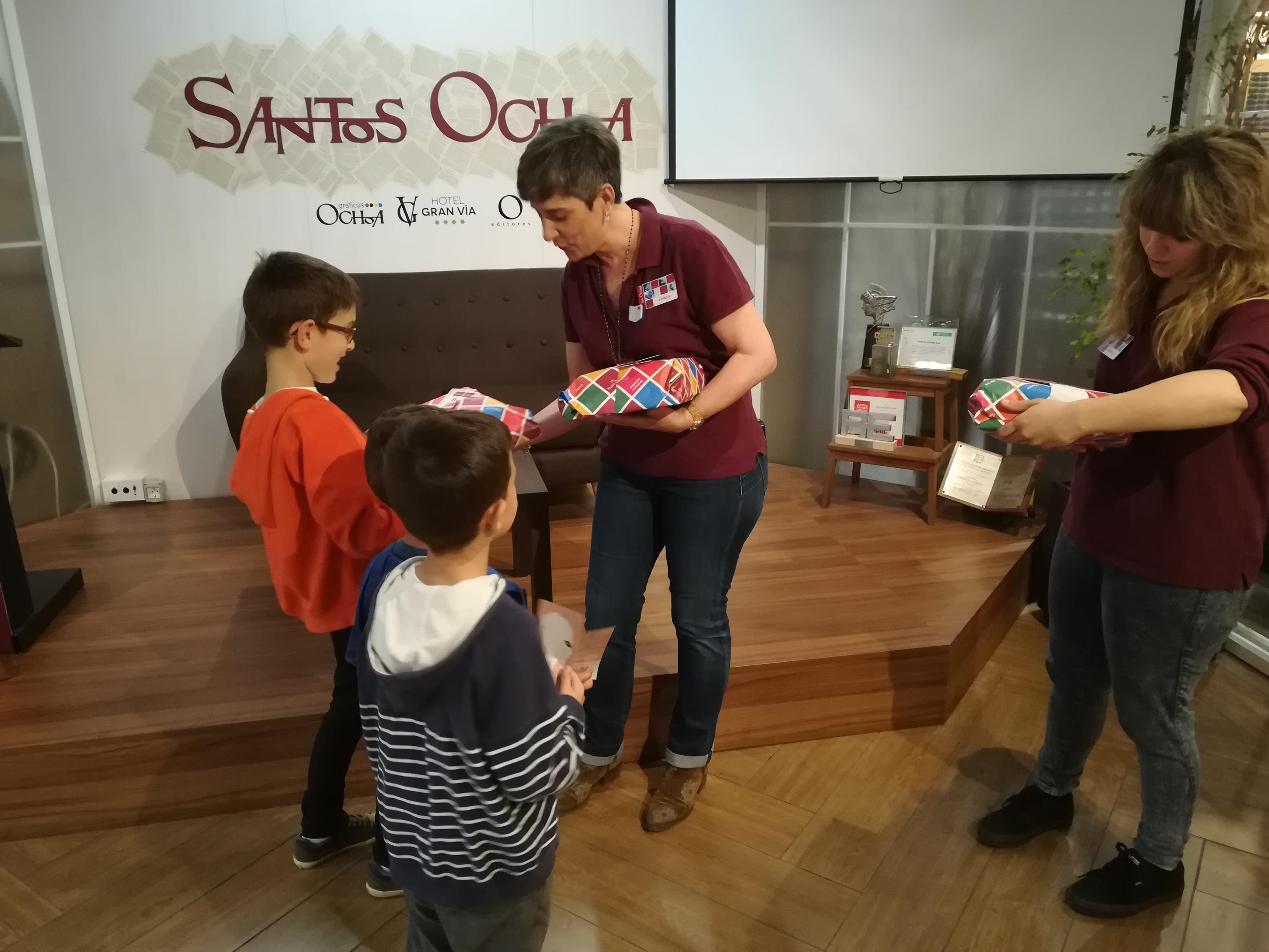 Entrega de Libros en Santos Ochoa de los ganadores del sorteo de LibroPensadores